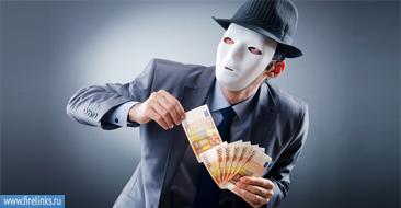 Мужчина в маске держит деньги
