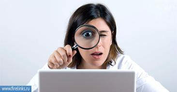 Девушка разглядывает монитор в лупу.