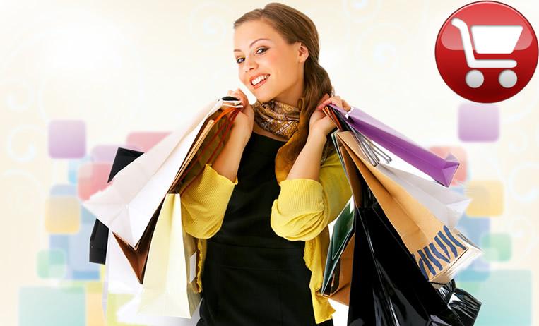 Девушка с пакетами из магазина.